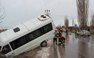 Konya'da öğrenci servisi, otomobil ve kamyona çarptı: 16 yaralı