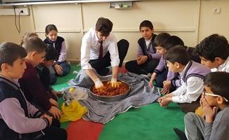 Öğretmen, öğrencilerine sınıfta çiğ köfte yoğurdu