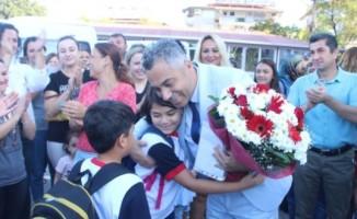 Göreve iade edilen okul müdürü çiçeklerle karşılandı
