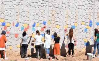 Öğretmenler, okulun 300 metrelik duvarını boyadı