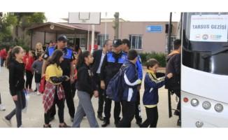 Polis, okula kazandırdığı çocukları geziye götürdü