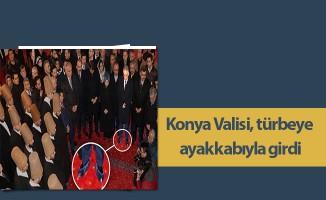 Konya Valisi, türbeye ayakkabıyla girdi