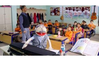 Mahir öğretmen dersleri kukla 'Bakkal Amca' ile işliyor