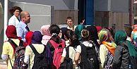 Öğrenciler başörtüsüyle derslere girmeye başladı