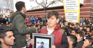 Öğrenciler kazada ölen arkadaşları için yürüdü