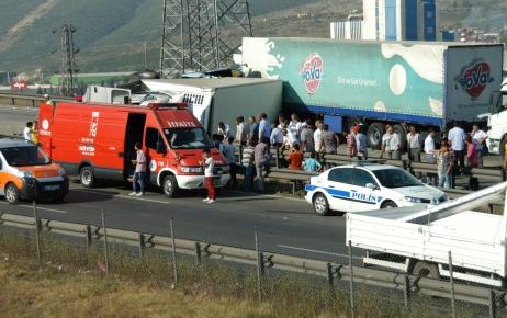 TIR'lar çarpıştı, TEM Otoyolu trafiğe kapandı