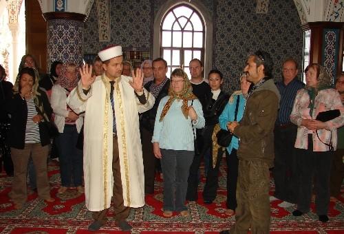 Turistler İslamiyet'i dil bilen din görevlisinden dinleyecek