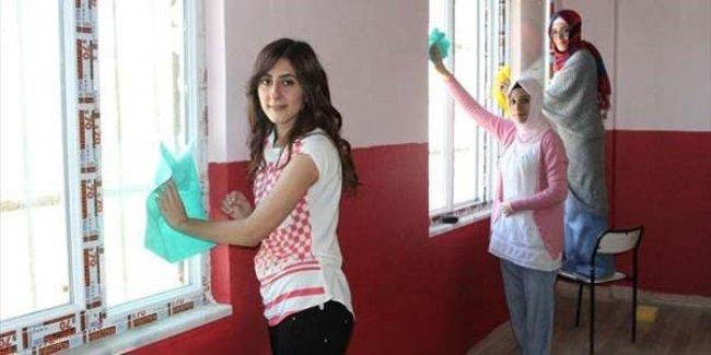 Üniversite öğrencileri, köy okulunu onardı