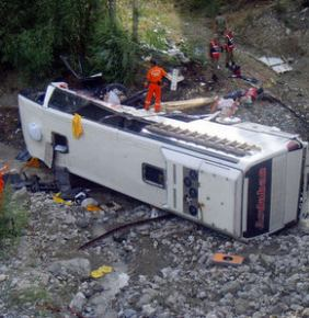 Virajı alamayan yolcu otobüs köprüden uçtu: 5 ölü, 44 yaralı