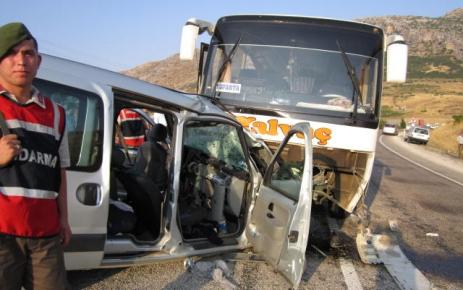 Yolcu minibüsü ile otomobil çarpıştı: 2 ölü, 14 ağır yaralı